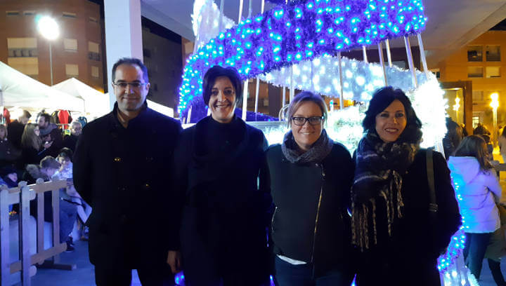 Un gran arbre de Nadal il·lumina la plaça del Mercat