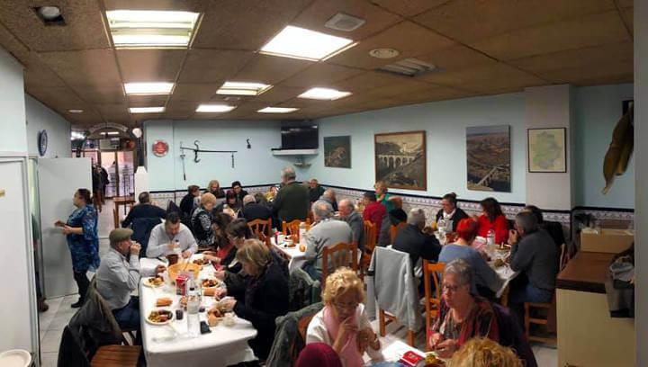 Una cinquantena de persones comparteixen les tradicionals coles con buche a la Unión Cultural Extremeña
