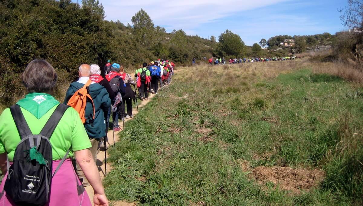 El grup vilanoví estrena motxilla i samarreta a la caminada 'A cent cap als cent' d'Olèrdola | FOTOS
