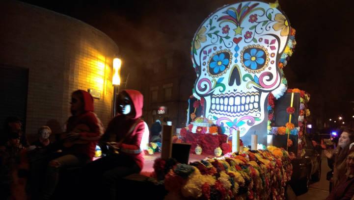 Vint comparses omplen de disbauxa i creativitat la Rua de Carnaval de Vilanova del Camí | MULTIMÈDIA