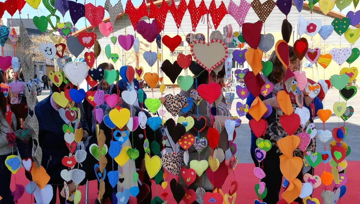 Centenars de cors van bategar a la plaça del Mercat de Vilanova del Camí el dia 8 de març | FOTOS