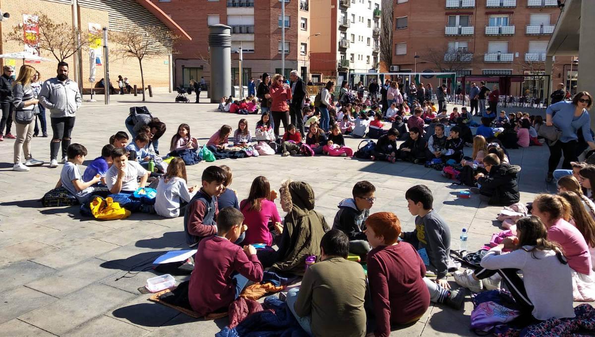 L'alumnat del Pompeu Fabra i del Joan Maragall celebren el Dia Internacional de la Poesia omplint de paraules el carrer | MULTIMÈDIA