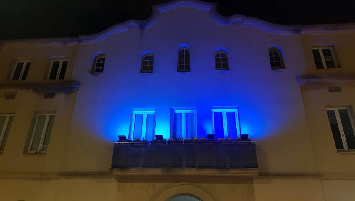 La façana de l'Ajuntament de Vilanova s'il·lumina de blau per l'autisme