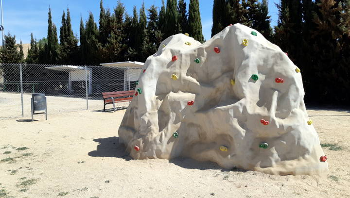 El barri La Pau estrena un espai multijocs amb tirolina, rocòdrom, tobogan i camp de vòlei platja