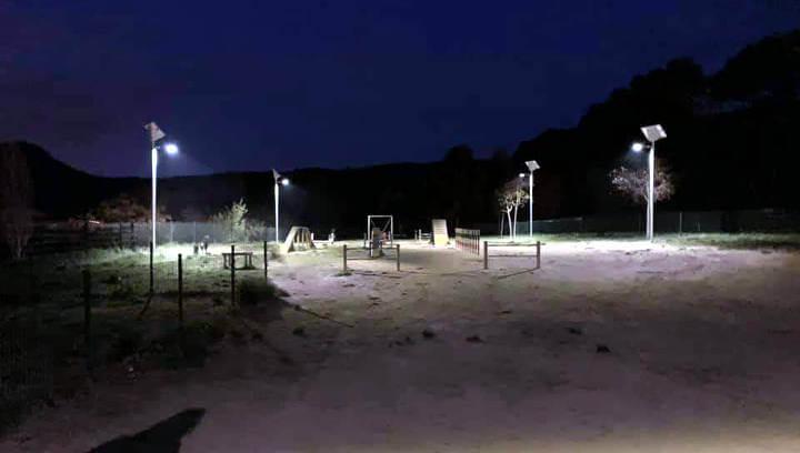 S'instal·la il·luminació solar a l'espai d'agility del Parc Fluvial