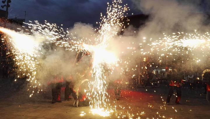 El Dia del Cabró torna a fer vibrar la plaça del Mercat amb percussió i foc | FOTOS