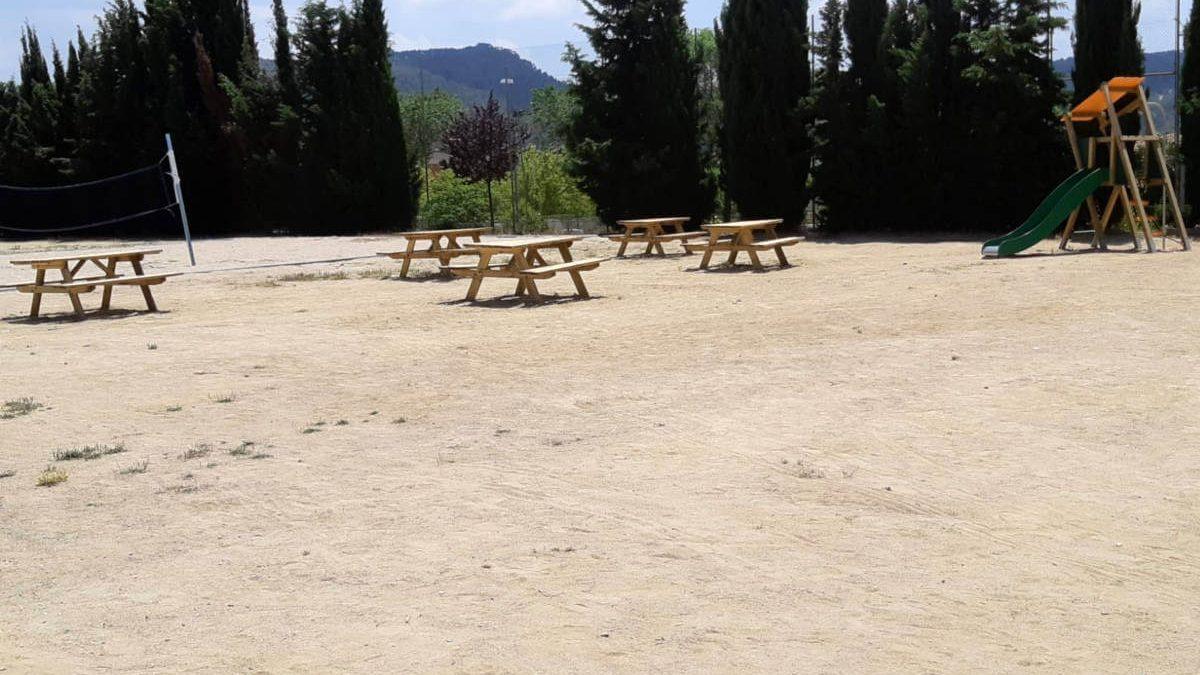 La zona de lleure del barri La Pau incorpora cinc taules de pícnic i una taula de ping pong