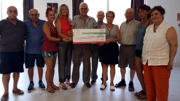 El bingo solidari del Casal de la Gent Gran recapta 260 € per a la lluita contra el càncer infantil