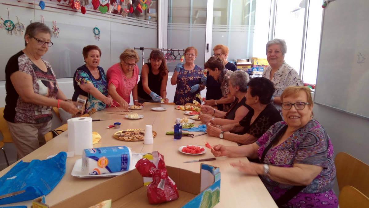 La gent gran acomiada les activitats de dinamització amb un taller de pinxitos de fruita i el lliurament de diplomes
