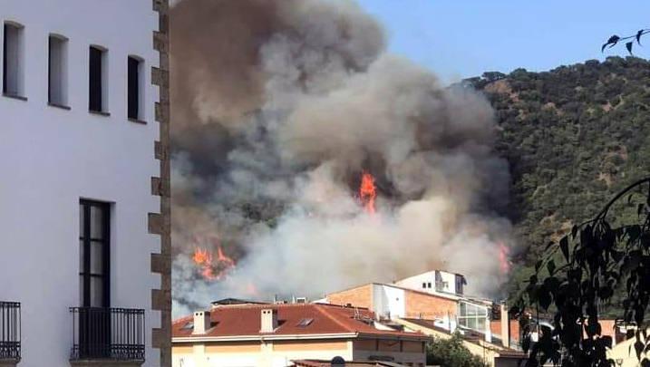 Els Bombers de la Generalitat continuen treballant per estabilitzar l'incendi forestal de Capellades