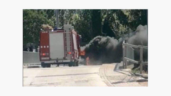 Un cotxe crema espontàniament sense causar ferits al pont de Can Titó | VÍDEO